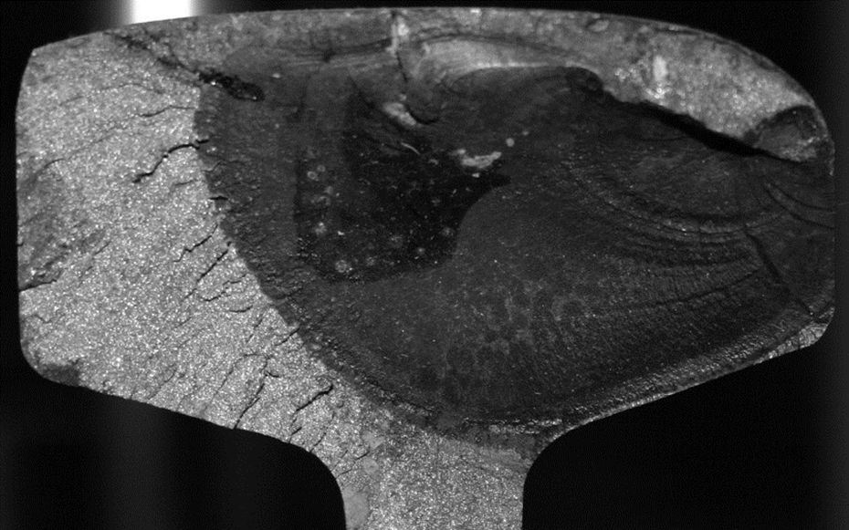 1. kép: Függőleges kerékütés által okozott fejrepedés (head check) és a nyomtávsarokról kiinduló repedés
