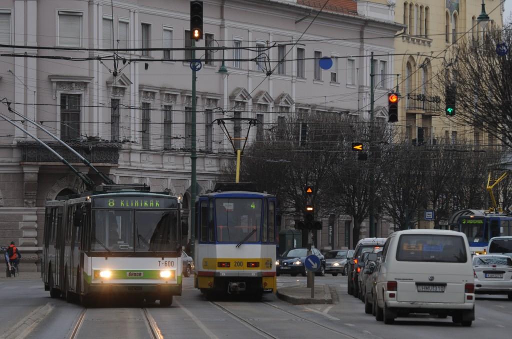 Szeged - 8-as trolibusz közlekedik a Tisza Lajos körúton.Fotó: Karnok Csaba