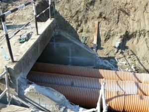 12. kép Ideiglenes vízátvezetés a 634+70 szelvényben levő műtárgy átépítésénél (Fotó Maller Tibor)